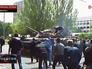 Жители Мариуполя пытаются остановить военную технику украинской армии
