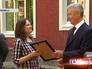 Сергей Собянин вручает сертификат директору детского сада