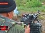 Солдат украинской армии ведет прицельную стрельбу из пулемета