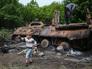 Местные жители возле сгоревшего БТР на месте вооруженных столкновений