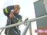 Городской промышленный альпинист готовится к спуску