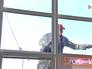 Городской промышленный альпинист моет окна