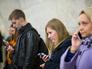 Пассажиры со смартфонами на одной из станций метро