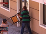 """Мужчина разбивает дверь в здании редакции газеты """"Вести"""""""