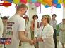 Медсестра поздравляет молодую семью с праздником
