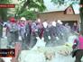 Украинские коммунальщики убирают баррикады с улиц Мариуполя