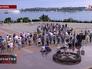 Уюди у воинского монумента в Севастополе
