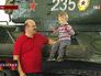 Посетители выставки осматривают танк Т-34