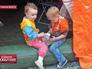 Дети в палаточном лагере для украинских беженцев в Ростовской области
