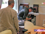 Оперативники проводят обыск кабинета