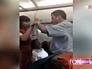 Александр Хинштейн показывает служебное удостоверение стюардессе