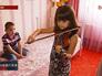 Девочка занимается музыкой
