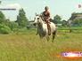 Тренер катается верхом на лошади