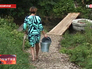 Жительница Пермского края идет за водой