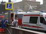 Машины скорой помощи и МЧС около входа в метро