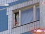 Женщина вопит из окна квартиры