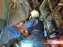 Сотрудник МЧС ведет разбор завала после крушения поезда в метро