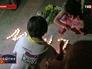 """Люди приносят цветы в память о погибших пассажирах самолета """"Малайзийских авиалиний"""" Boeing 777"""