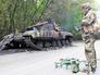 Бойцы самообороны ДНР возле подбитого танка Нацгвардии Украины