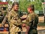 Петр Порошенко вручает награды военнослужащим
