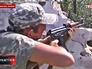 Боец диверсионного подразделения украинской армии ведет прицельную стрельбу