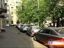 Припаркованные автомобили во дворе жилого дома