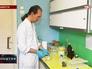 Ученый проводит исследование в лаборатории