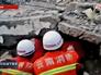 Китайские спасатели извлекают пострадавших при землетрясении