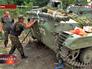 Украинские военные чинят бронетехнику