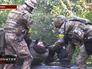Украинские военные выносят раненых с передовой