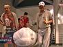 Работники музея выносят мумию