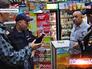 Сотрудники полиции в магазине на Судостроительной улице