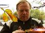 Ботаник изучает сухие листья каштана
