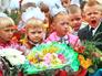 Школьники на торжественной линейке, посвящённой 1 сентября