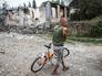 Житель юго-востока Украины возле разрушенного дома