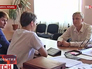 Радикальный активист допрашивает начальника отдела образования Славянска Александра Зубарева