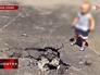 Ребенок около воронки от разорвавшейся мины