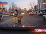 Водитель помогает пешеходу перейти дорогу