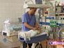 Детский врач осматривает новорожденного ребенка
