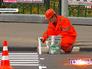 Дорожники наносят разметку на асфальт