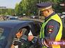 Инспектор ДПС проверяет документы у водителя