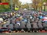 Мусульмане молятся в день праздника Курбан-байрам в Москве