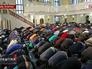 Мусульмане молятся в день праздника Курбан-байрам