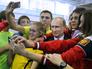 Президент РФ Владимир Путин фотографируется с молодежью