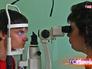 Врач окулист обследует пациента