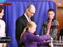 Арсений Яценюк с супругой Терезией и дочерью Софией во время голосования на выборах в Верховную Раду Украины