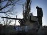 Ополченец осматривает военную технику на 32-м блокпосту в районе села Смелое