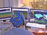 Врач-хирург проводит операцию