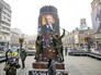 Украинские националисты сдирают портрет Ленина