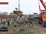 Сотрудники МЧС ДНР грузят обломки малайзийского самолета Boeing